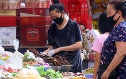 Hà Nội: Người dân kéo đến thủ phủ bánh kẹo nhập ngoại sắm Tết