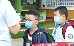 Học sinh hào hứng nhận bao lì xì ngày đầu đi học sau kỳ nghỉ Tết dài để phòng dịch
