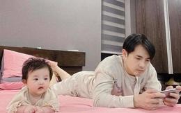 Hình ảnh siêu dễ thương của Ông Cao Thắng và con gái, đến dáng nằm cũng giống nhau như đúc