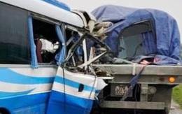 Nghệ An: Xe khách đâm vào đuôi xe đầu kéo đỗ bên đường, nhiều người thương vong