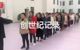 """Hình ảnh hàng chục chị em phụ nữ xếp hàng để được """"đạo sĩ"""" nâng ngực, chữa bệnh gây xôn xao MXH, cảnh sát vào cuộc phanh phui sự thật"""