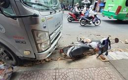 TP.HCM: Đang đứng mua bánh mì, cô gái trẻ bị xe tải lao vào tông nhập viện