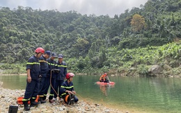 Công an dùng camera thợ lặn để tìm kiếm nạn nhân mất tích ở Rào Trăng 3
