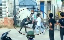 Một thanh niên bị kẹp cổ, đấm đá túi bụi sau va chạm giao thông