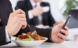 Không ai tằn tiện như vị đại gia này: Mang cơm trưa đến công ty như chị em công sở, đi du lịch ở chung phòng để chia tiền
