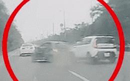 Đâm lật xe taxi, tài xế lập tức bỏ chạy khiến nhiều người phẫn nộ