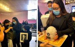 Con gái Phi Nhung bật khóc nhận tro cốt mẹ từ tay Việt Hương trên đất Mỹ