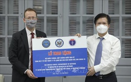 Tiếp nhận 77 tủ lạnh âm sâu bảo quản vaccine do Hoa Kỳ viện trợ