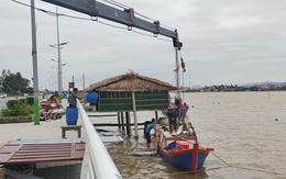 Ngư dân Quảng Bình cẩu thuyền lên bờ, đưa tàu vào tránh trú bão Kompasu