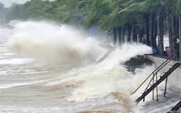 Thanh Hóa: Mưa lớn, những con sóng cao hơn 4m liên tiếp dội vào bờ