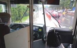 Cận cảnh ghế ngồi trống không của những chuyến xe  buýt Hà Nội trong ngày đầu hoạt động trở lại