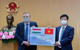 Bộ Y tế tiếp nhận 100.000 liều vaccine AstraZeneca và 100.000 kit test nhanh của Chính phủ Hungary