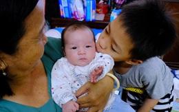 """Chuyện về bé """"Vít"""" bị bỏ rơi ở nhà hoang trong chiều mưa tại tâm dịch TPHCM"""