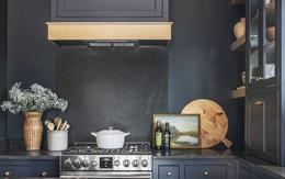 Nội thất căn bếp màu xanh đen với view tuyệt đẹp ra núi rừng