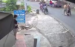 Thấy ô tô ôm cua lấn làn, người phụ nữ hoảng hốt phanh xe máy bằng... chân khiến tất cả kinh hãi
