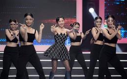 Văn Mai Hương lên sân khấu với ngực đầy, chân thon bé xíu nhưng chưa gây chú ý bằng để mặt mộc thế này