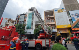 Giải cứu 17 người kẹt trong đám cháy lớn ở TP.HCM