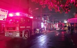Cả xóm bị đánh thức lúc giữa đêm bởi nhiều tiếng nổ lớn từ cửa hàng bán đồ điện nước