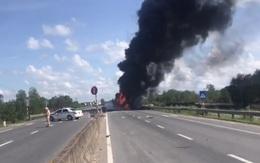 Quảng Trị: Xe tải tự gây tai nạn, bốc cháy dữ dội trên quốc lộ 1