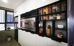 """Căn bếp 13m² chứa """"tỉ thứ đồ"""" bên trong nhờ thiết kế """"hệ giấu kín"""" thông minh của mẹ đảm ở Hà Nội"""