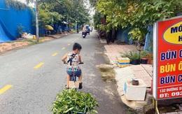 Không có điện thoại học online, cậu bé đẩy xe bán rau phụ mẹ: Đôi chân khiến tất cả đau lòng