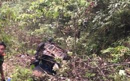 Taxi lao xuống vực sâu hơn 100m ven QL6 khiến 4 người thương vong