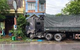 Container đâm trúng ô tô tải đang đỗ ven đường: Một nạn nhân tử vong, hai người bị thương