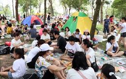 Hà Nội: Nắng như đổ lửa, nghìn người ùn ùn kéo đến công viên cắm trại dịp Giỗ tổ Hùng Vương
