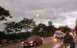 Mưa dông đúng giờ cao điểm, người Hà Nội bật đèn lúc 8h sáng để tiện di chuyển