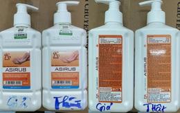 """Lợi dụng dịch COVID-19, 300 chai nước sát khuẩn tay ở Hà Nội được làm giả tinh vi, dán tem """"xác thực chống hàng giả"""", bằng mắt thường rất khó phân biệt"""