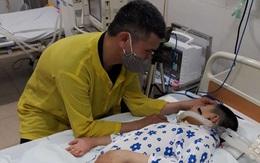 Người cha bỏ nhà xuống bệnh viện chạy xe ôm để chăm sóc con gái 4 năm nằm liệt