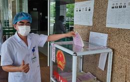 Niềm tin gửi gắm qua lá phiếu của 705 cử tri đặc biệt ở Bệnh viện Bệnh nhiệt đới Trung ương