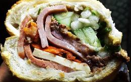 """Tiệm bánh mì """"đắt nhất Sài Gòn"""" được nhiều blogger nước ngoài giới thiệu luôn kín người xếp hàng chờ mua"""