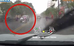 Khoảnh khắc cô gái đi xe máy bị ô tô 7 chỗ đâm văng, tử vong thương tâm giữa trời mưa tầm tã khiến nhiều người xót xa
