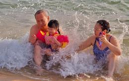 Hình ảnh vừa đáng yêu vừa hài hước của con gái Đặng Thu Thảo bên ông bà nội quyền lực