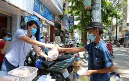 """Người Sài Gòn mùa dịch: """"Biếu thức ăn miễn phí, nếu bạn ổn hãy nhường cho người khác""""!"""