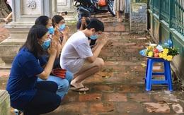 Hà Nội: Thí sinh rồng rắn mang lễ vật đến Văn miếu cầu may trước kỳ thi vào lớp 10