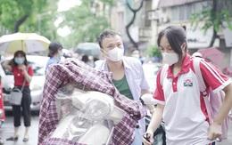 Sáng nay đưa con đi thi vào lớp 10, nhiều phụ huynh tại Hà Nội cảm thấy áp lực hơn cả vào đại học