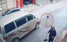 """Bé trai lao ra đường suýt bị ô tô đâm trúng, soi camera an ninh phụ huynh """"tái mặt"""""""