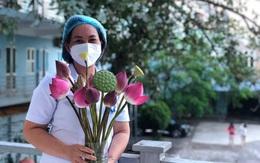Xúc động hình ảnh người dân ngắt lá sen che mưa cho nhân viên y tế tuyến đầu chống dịch