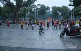 Người Hà Nội dậy từ sớm đi tập thể dục sau nhiều ngày bị giãn cách