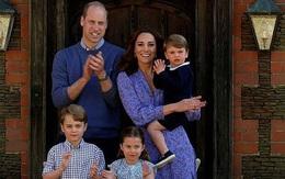 Vợ chồng William đưa ba con tới thăm tượng Diana trước lễ khánh thành