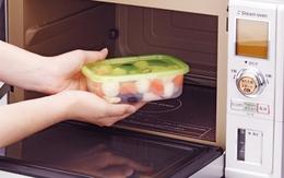 6 vật dụng nhà bếp kỵ lò vi sóng vì rất nguy hiểm, nhất định bạn phải biết