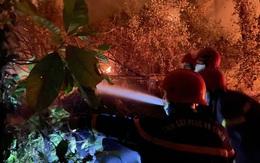 Hàng trăm cán bộ, chiến sĩ xuyên đêm chữa cháy rừng ở Thừa Thiên Huế