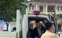 Cảnh sát giao thông đưa thí sinh bị hỏng xe đến điểm thi