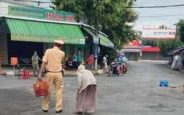 Không biết chợ bị phong tỏa, cụ bà mang rau đi bán, 2 chiến sĩ CSGT có hành động khiến người dân cảm động