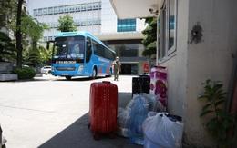 """Người thân hối hả """"tiếp tế"""" 38 F1 của 3 ca dương tính mới ở Hà Nội đi cách ly"""