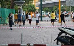 """Bất chấp lệnh cấm, người dân TP.HCM """"vượt rào"""" vào công viên tập thể dục"""