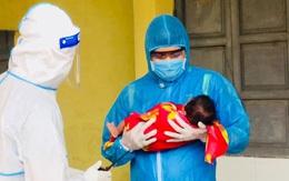 Nghệ An: Bệnh nhi nhỏ tuổi nhất tại bệnh viện dã chiến được ra viện