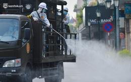 Hàng chục xe chuyên dụng bắt đầu phun khử khuẩn quanh Hồ Gươm và nhiều tuyến phố chính tại Hà Nội